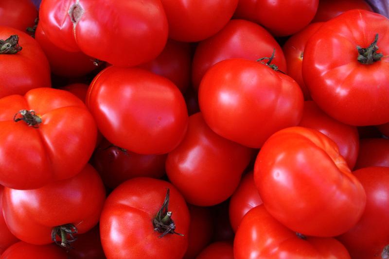 Moissac_market_tomatoes